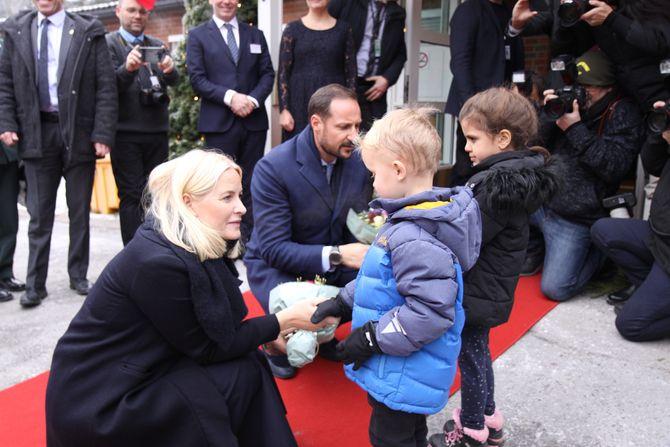 Oliver (5) og Amira (5) ga kronprinsparet hver sin blomsterbukett.