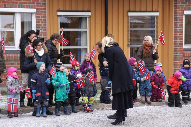 Kronprinsparet ble ønsket velkommen av barnehagebarna fra Løkenåsen barnehage.