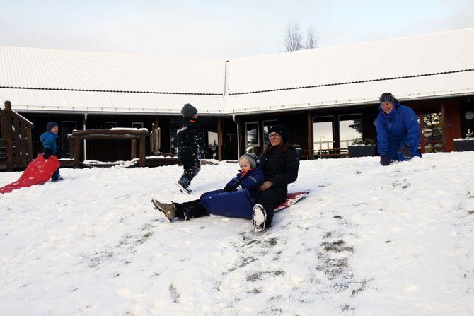 Milana Jovicevic og barna tester ut akebrettene.