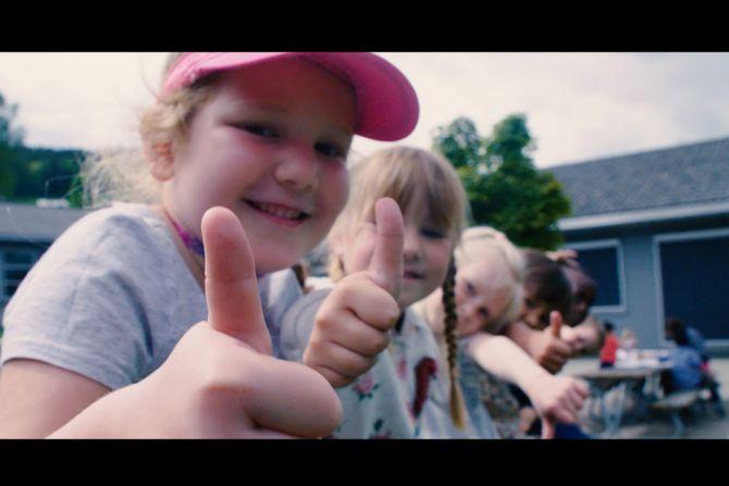 Barna har vist stor entusiasme for arbeidet med innspilling av sang og filming av musikkvideo. Skjermdump