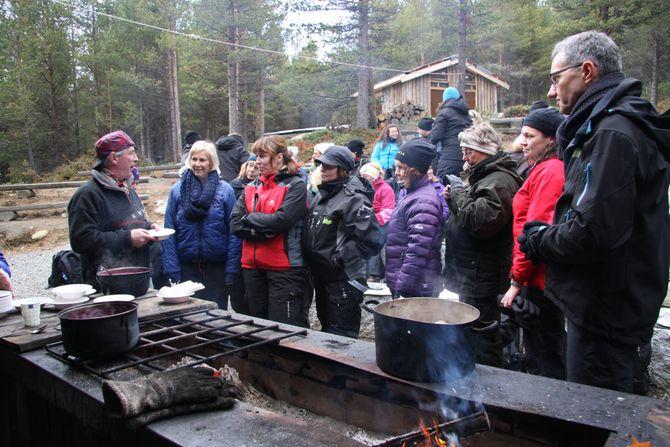 """Læringsverkstedet har knyttet til seg den kjente kokken Arne Brimi i forbindelse med """"Et godt måltid"""". Her er kokken på samling med barnehagestyrere."""