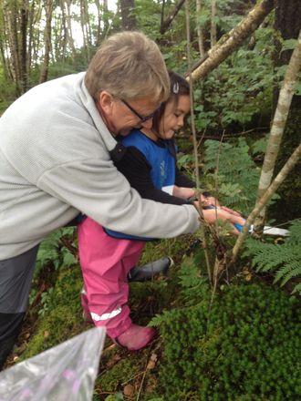 Byggingeniør Stein-Arve Karstad (70) lærer gjerne barna hvordan de skal bruke redskaper.