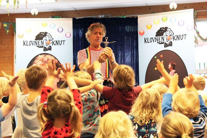 Klovnen Knut skapte stor begeistring og fikk blant annet barna med på en liten runde gymnastikk.