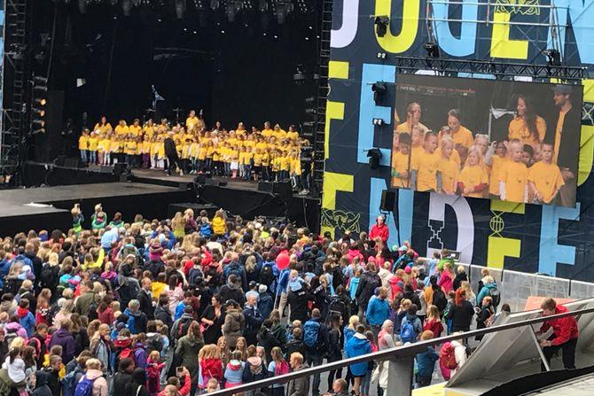Barnehagekoret til Gnist barnehager varmet opp for Marcus & Martinus foran 11 000 tilskuere på Color Line arena i Ålesund forrige lørdag.
