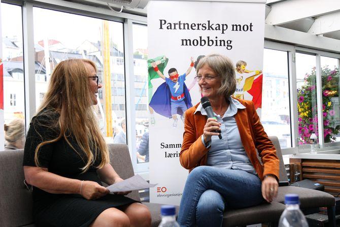 Forsker Ingrid Lund (høyre) i samtale med Eli Rygg.