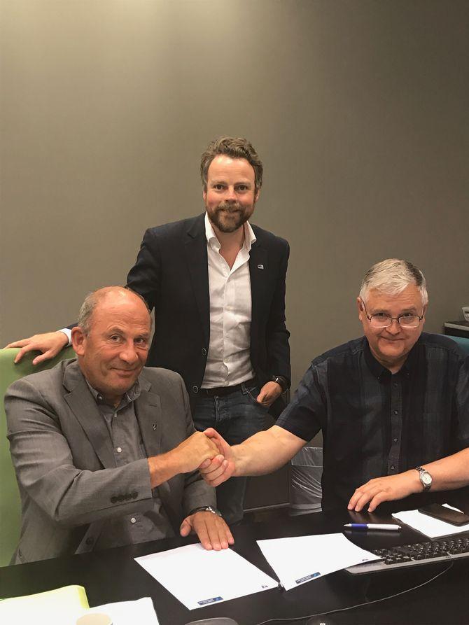 Ordfører Jarle Aarvoll (Ap), kunnskapsminister Torbjørn Røe Isaksen (H) og prorektor Rasmus Stokke er alle fornøyd med avtalen. Foto: