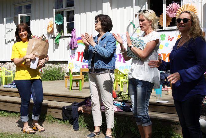 Tre representanter fra Bydel Nordre Aker var også til stede på festen. Her overrekker de blomster til styrer Inger Øyen (venstre).