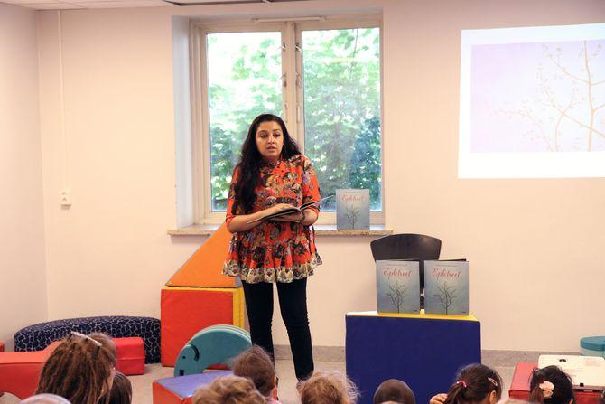 Mahmona Khan leser for barnehagebarna i Åkeberg barnehage.