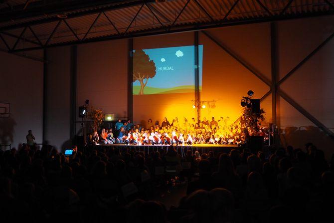 130 barnehagebarn fra Hoppensprett-barnehager på Romerike sto på scenen under showet.