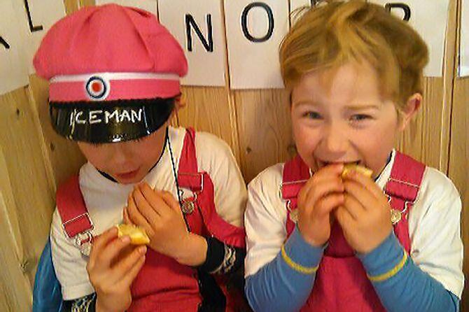 En av knutene barna allerede har tatt fikk de etter å ha spist sitron. Muligens med litt skrekkblandet fryd