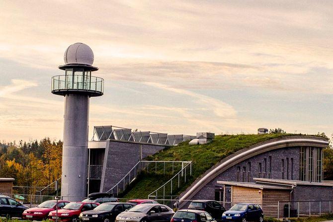Brattås barnehage har en sjelden utforming. I tillegg til observatoriet i tårnet er taket helt spesielt. Tanken er at vinden fra nord ikke skal treffe bygningen, men gli over.