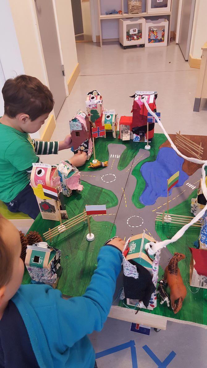 Ved gjenbruk av blant annet brukte melkekartonger, stoffbiter og en hylle av tre har ungene fått bygget en spennende by.