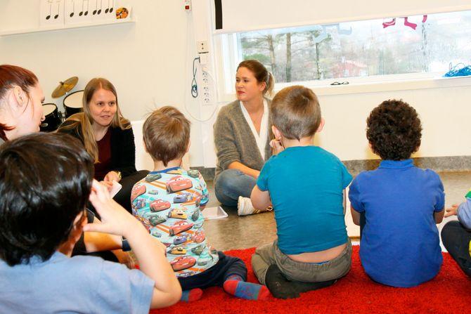 Tannpleiestudent Julie Stai Hess (til venstre) forteller barna om tanntrollene som vil komme på besøk hvis man ikke er flink til å pusse tennene.