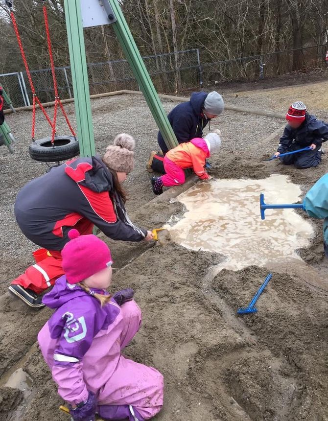 Barna gledet seg stort over rennende vann og store vannpytter, forteller Jannicke Johansen i Bollerød FUS barnehage.