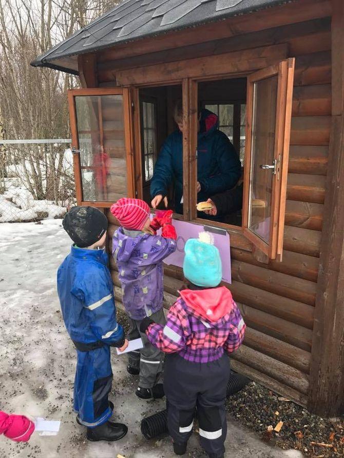 Barna i Hauerseter Friluftsbarnehage fikk kjøpe sin egen mat i kiosken. Deretter var det eventyrstund og lek inne i teltene som var satt opp utenfor barnehagen.