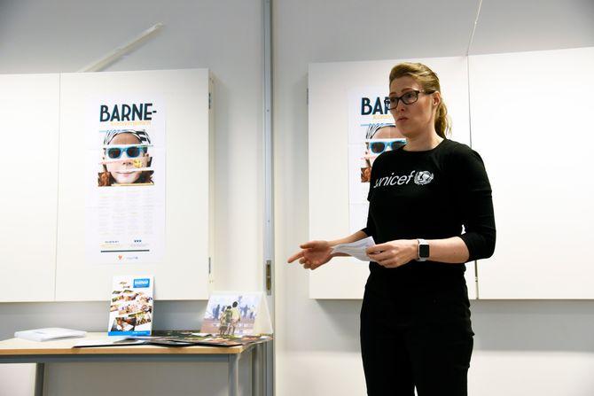 Generalsekretær Camilla Viken i UNICEF Norge under lanseringen av de nye rettighetskortene for barn. Lanseringen foregikk i Dønski barnehage i Bærum.