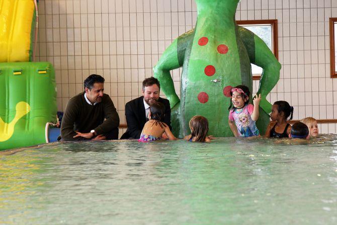 Abid Raja (V) og kunnskapsminister Torbjørn Røe Isaksen (H) i samtale med noen av barna i Jongskollen barnehage.