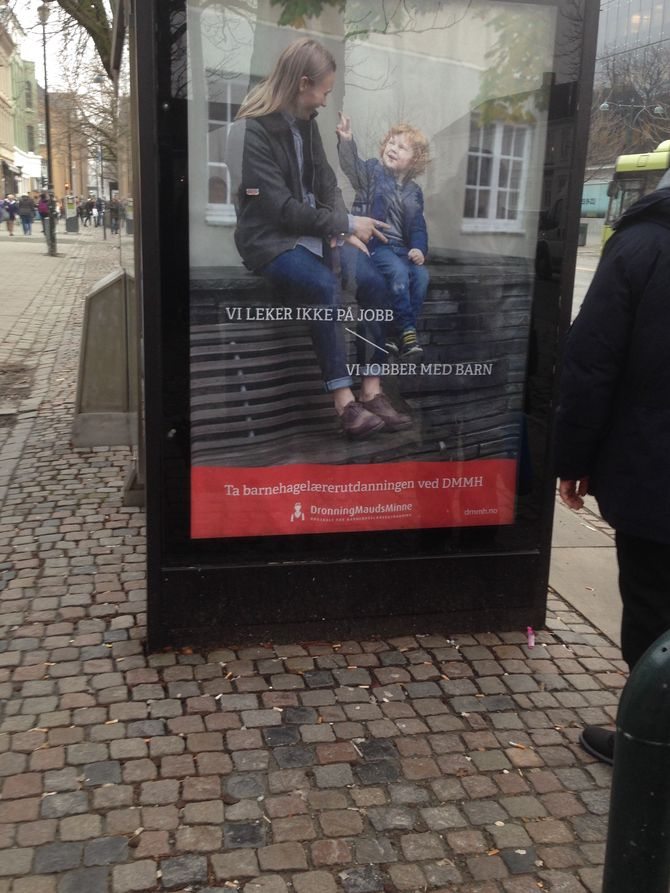 Det er denne rekrutteringsannonsen Bendik Ulla reagerer på. Teksten lyder; Vi leker ikke på jobb - Vi jobber med barn.