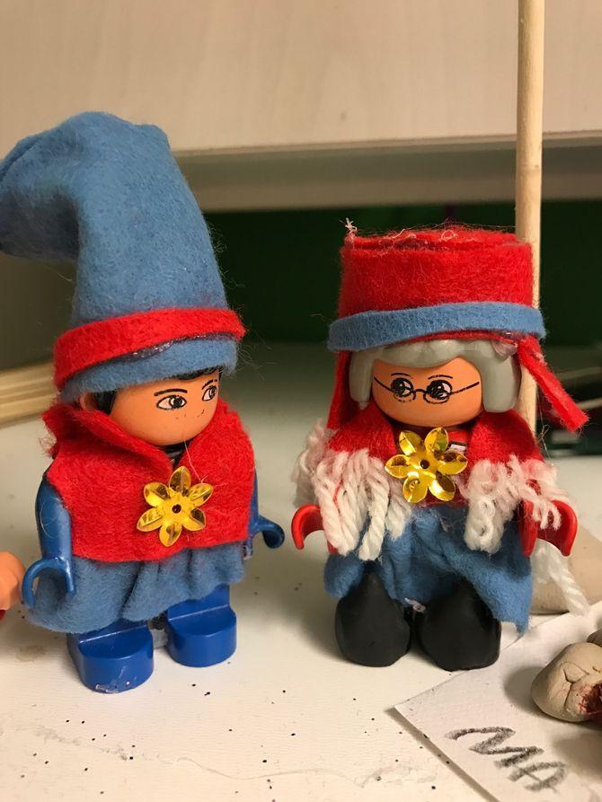 Duplofigurene fikk samekofter på og flyttet inn i lavvolandsbyen i Gudevold barnehage i Fredrikstad.