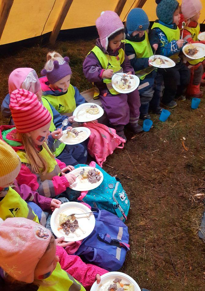 Det ble reinsdyrgryte til lunsj da barna i Sætra barnehage feiret samefolkets dag.
