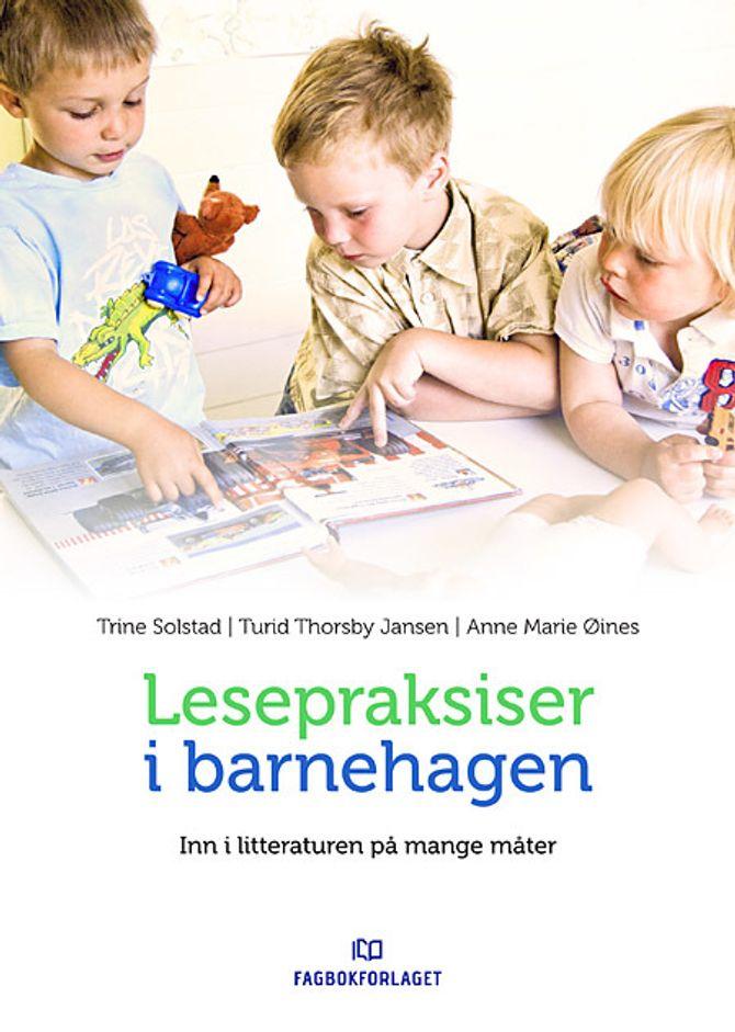 Boka «Lesepraksiser i barnehagen – Inn i litteraturen på mange måter» av Trine Solstad, Turid Thorsby Jansen og Anne Marie Øines.
