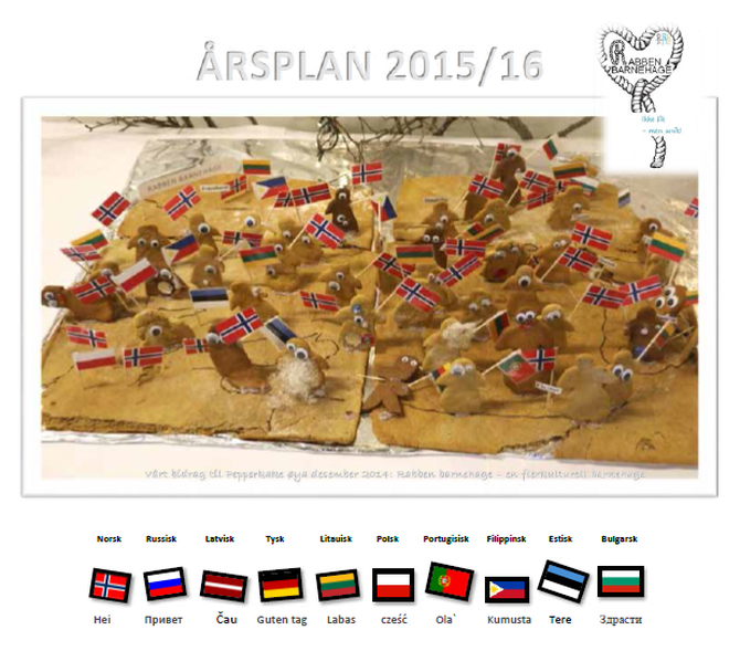 """Forsiden består av en pepperkake med figurer av alle barna med hvert sitt flagg. Nederst er alle barnehagens nasjonaliteter representert sammen med """"Hallo"""" på sitt språk."""