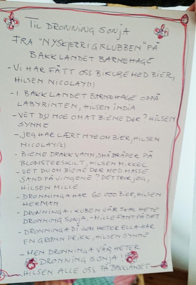 Brevet til dronning Sonja fra ungene i Bakklandet barnehage. Nå håper de på både svar og besøk.