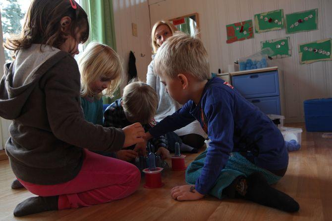 Krangler mindre. Avdelingsleder i Jensvoll barnehage i Bodø, Ellen Johansen, kan melde om både lavere konfliktnivå og mer alders- og kjønnsblandet lek etter at de tradisjonelle lekene forsvant til fordel for gjenbruksmateriale.