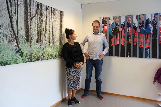 Unik samling. Daglig leder i Ormaskogen barnehage, Anne Rennan Lenning, kan ikke få fullrost jobben som barnehagepappa Steinar Figved har gjort gjennom sin fotodokumentar. Her med to av bildene som henger utstilt i barnehagen.