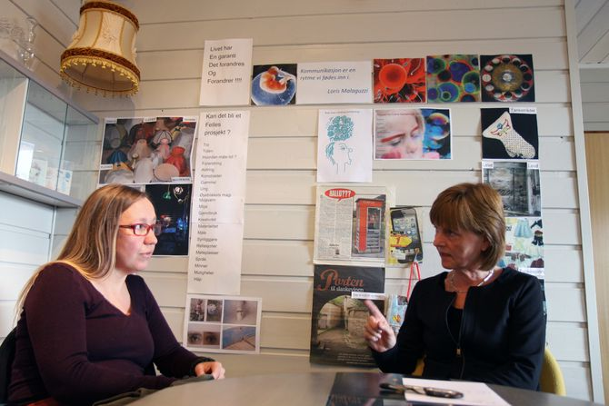 – Det vi baler med er grunnsynet, sier Mona Nicolaysen (t.v.) og Hilde Arnesen. På veggen henger blant annet et sitat fra Reggio Emilia-guru Loris Malaguzzi.