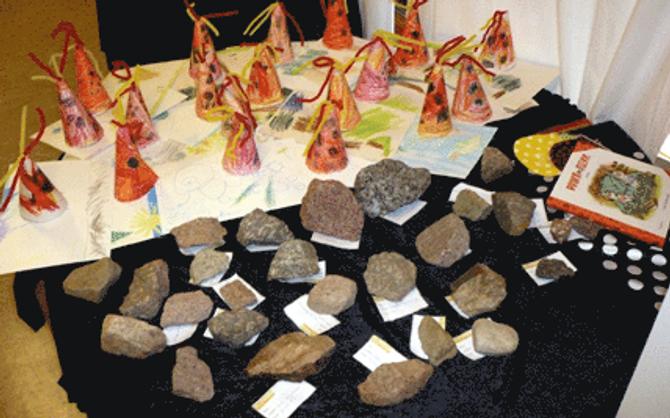 Barnehagebarna laget en utstilling med prikkete steiner de fant ute, vulkaner og andre prikkete ting.