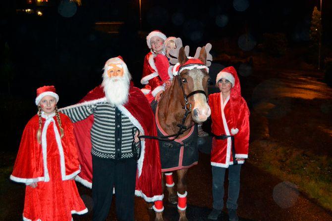Nissefamilien ankommer barnehagen. Her skal de bo frem til jul.