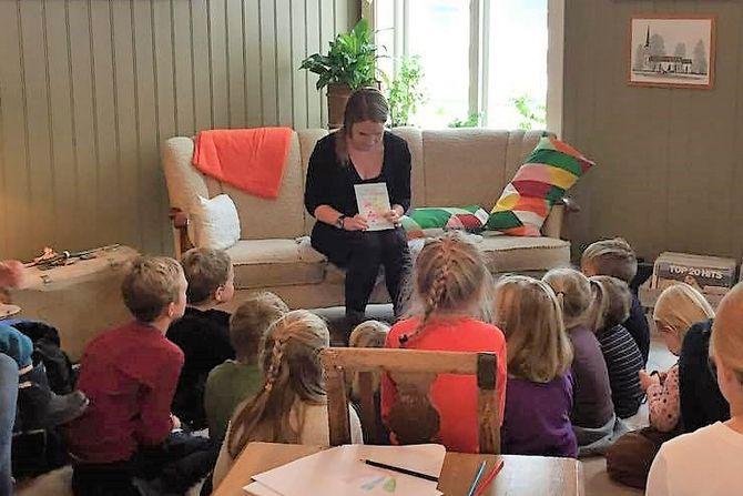 Forfatter Anette Kørra Lekve leser for barna under lanseringen av boka.