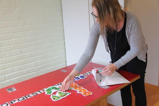 Migrasjonspedagog Erle Sellevåg i A2G barnehage i Bergen, visualiserer alt hun gjør. – Det som er bra for flerspråklige barn er bra for alle barn, sier Sellevåg.