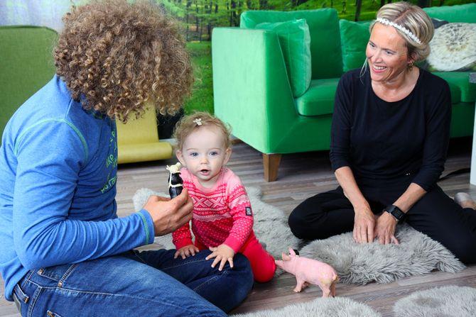 – Det er godt at datteren vår har en hun kan føle seg trygg på, sier mamma Trude om at datteren får en tilknytningsperson den første tiden i barnehagen.