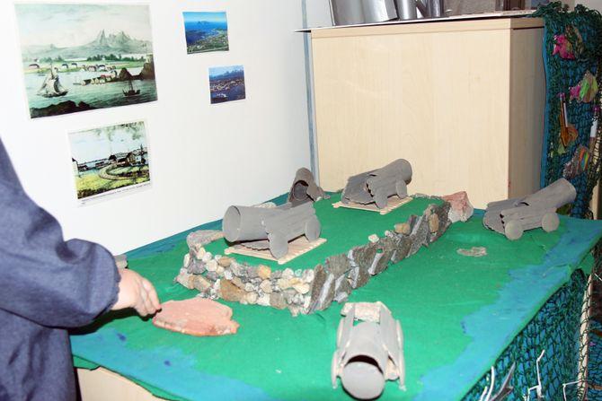 Barna dro til Nyholmen Skandse for å hente både stein og inspirasjon til kunstprosjektet sitt.
