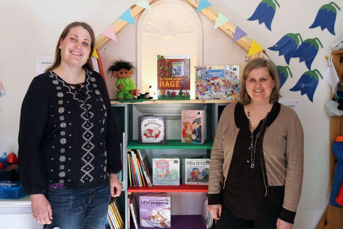 Pedagogisk leder Maren Bang Torgersen (til venstre) og leder for barneavdelingen på Grimstad bibliotek, Olaug Øveland Sætren.