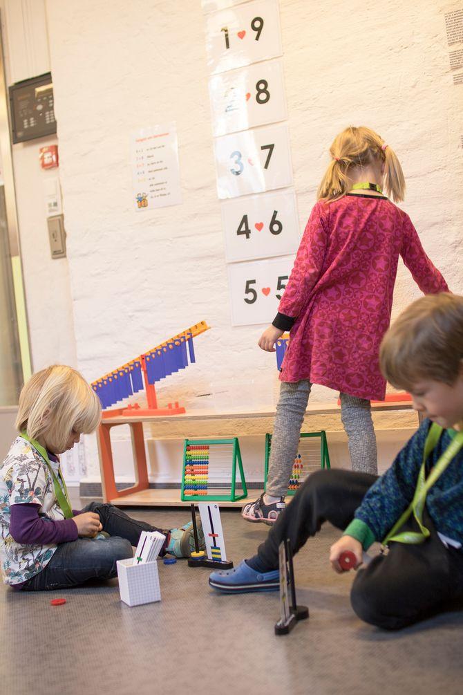 Barna leker i matematikkområdet.