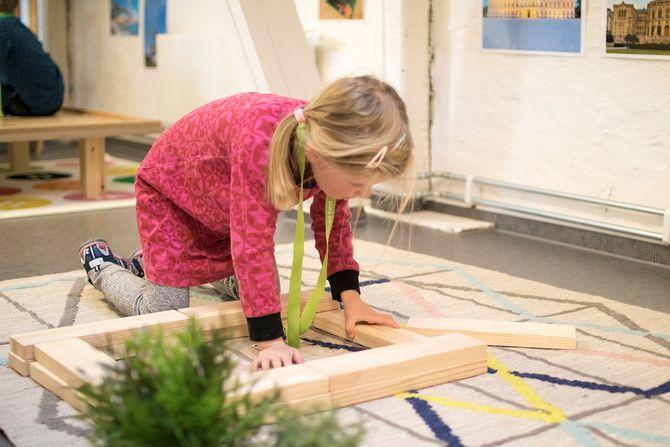 Konstruksjon med byggeklosser i konstruksjonsområdet. – Her kan barna blant annet leke med byggeklosser i ulike lengder, sortert på størrelse, og Lego sortert på farge. I tillegg har vi mange andre elementer i konstruksjonsområdet som barna kan bruke i konstruksjonene sine som bøtter, potter, kopper, kunstige planter og plastdyr, forteller Oda Bjerknes.