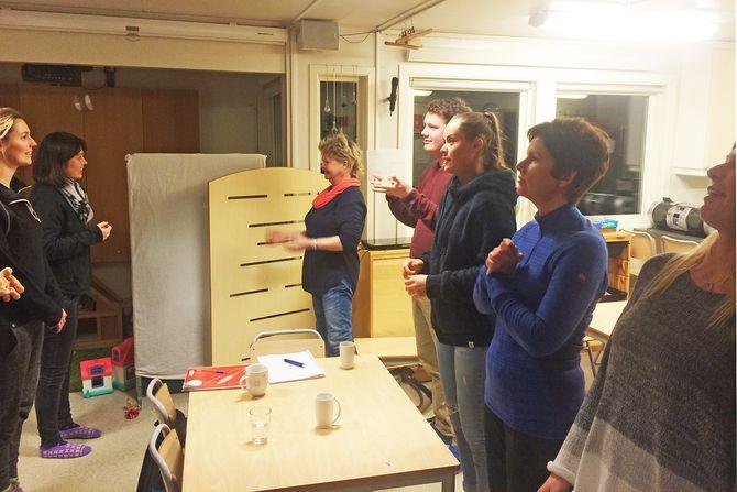 Personalet i Solås barnehage øver jevnlig på tegn og praktiserer på hverandre.