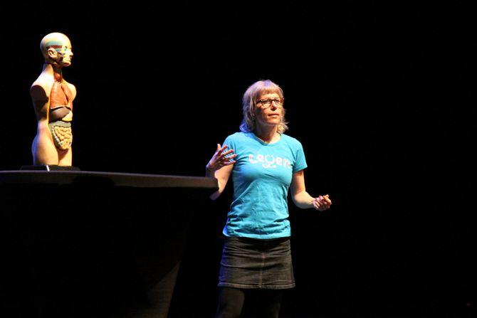 Elisabeth Holmboe Eggen på scenen under @pi-konferansen 2017.