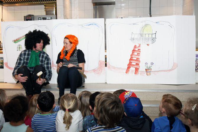 Gjestene fikk en omvisning i Gråtass barnehages tre enheter. I Gråtass Torp fikk de også se en dramatisering av «Karius og Baktus», som de ansatte hadde skrevet om til «Karius og Baktusine» for å se hvordan barna reagerte når de gjorde om på kjønnene til karakterene i en kjent fortelling.