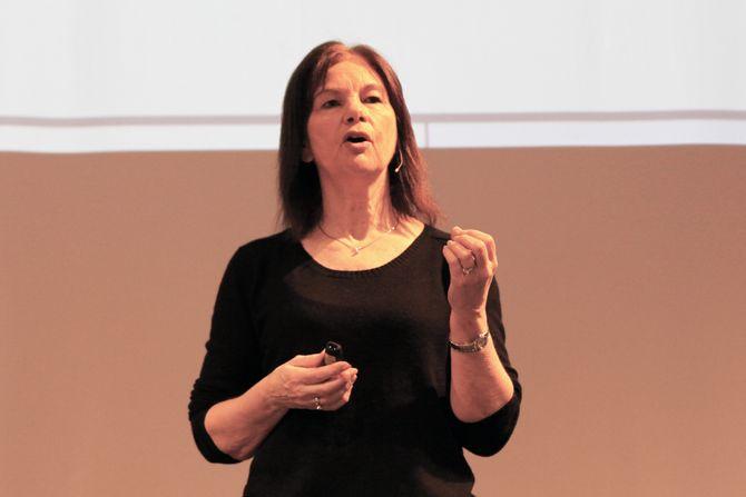 May Britt Drugli på scenen under Toddler-konferansen. Drugli er professor i pedagogikk ved RKBU Midt Norge, NTNU.