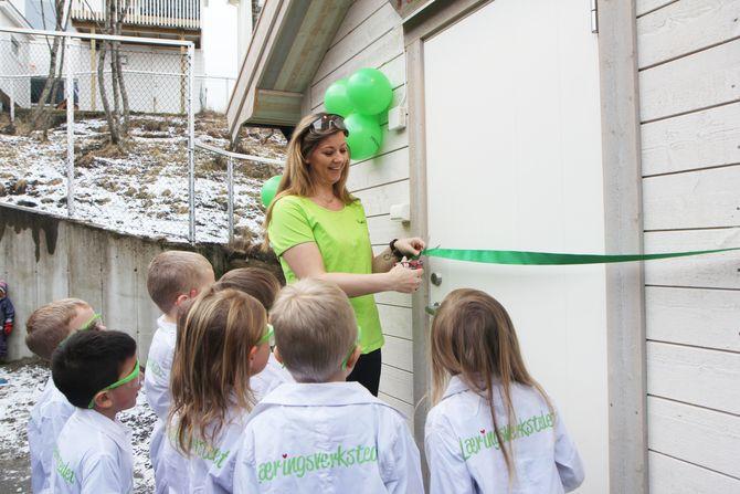 Det var spent stemning da styrer i Læringsverkstedet Notveien barnehage i Bodø, Renate Henriksen Trøite, klippet snora til Forskerhytta.