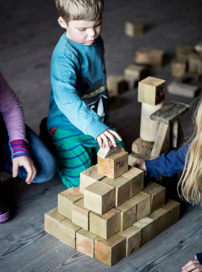 Barn får prøve noen oppgaver og ansatte får konkrete tips til kunstformidling i barnehagen.