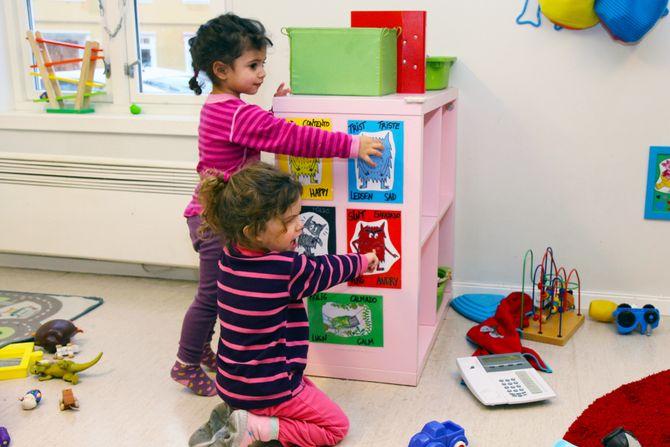 De ulike fargene på monstrene i boka «El monstruo de colores» symboliserer forskjellige følelser; rød-sint, gul-glad, blå-trist, grønn-rolig, svart-redd, rosa-elsket. – Barna bruker bildene av monstrene til å sette ord på sine egne og andres følelser, sier barnehagelærer Laura Diaz del Castillo.