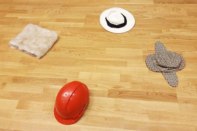 «På gulvet ligger også den triste, intetsigende, flate hatten, som de travle voksne ikke får øye på, som ingen ser, dette stille og usynlige .... barnet?»