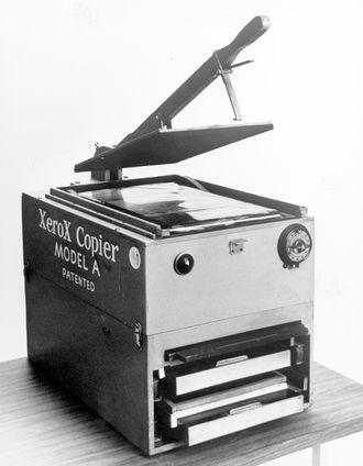 I 1949 kom XeroX Copier Model A, den første manuelt betjente, kommersielt tilgjengelige kopimaskinen basert på xerografi.
