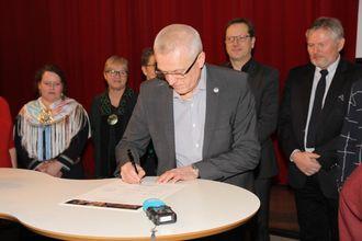 Administrerende direktør i PBL, Arild M. Olsen, signerer avtalen om deltakelse i Partnerskap mot mobbing.
