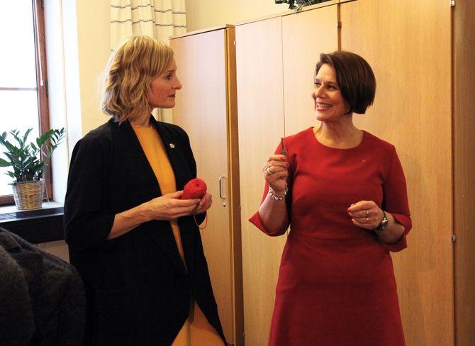 Avtroppende byråd for oppvekst og kunnskap, Tone Tellevik Dahl (Ap), overrekker kontornøkkelen til Inga Marte Thorkildsen (SV).